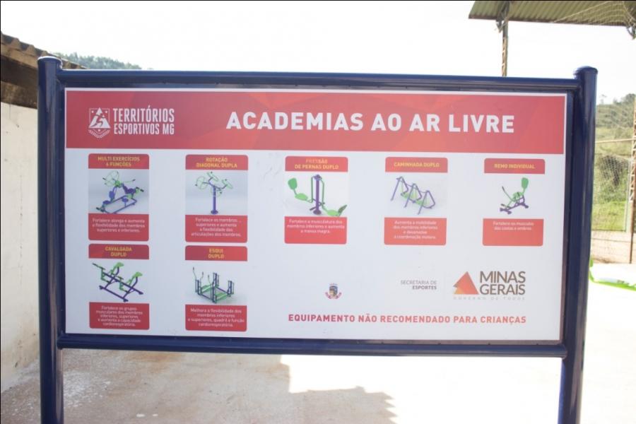 """Prefeito entrega """"Academia ao ar livre"""" para Ponte Chave"""