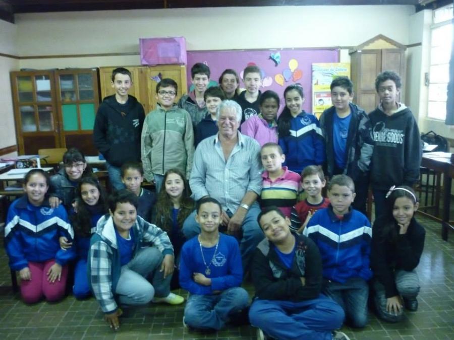 Ex-prefeito Agostinho visita Escola Municipal